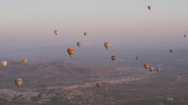土耳其卡帕多西亚热气球浪漫风景插图