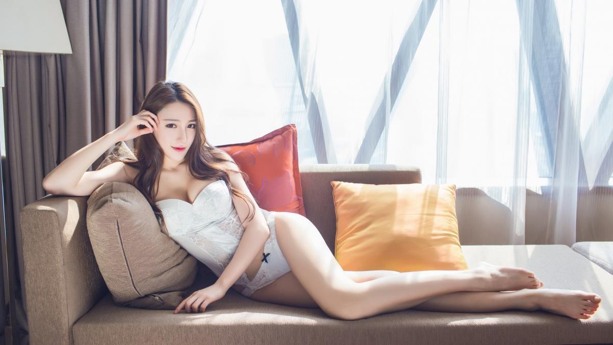 沙发 白色内衣 美胸 性感长腿美女 刘奕宁lynn 4K壁纸插图